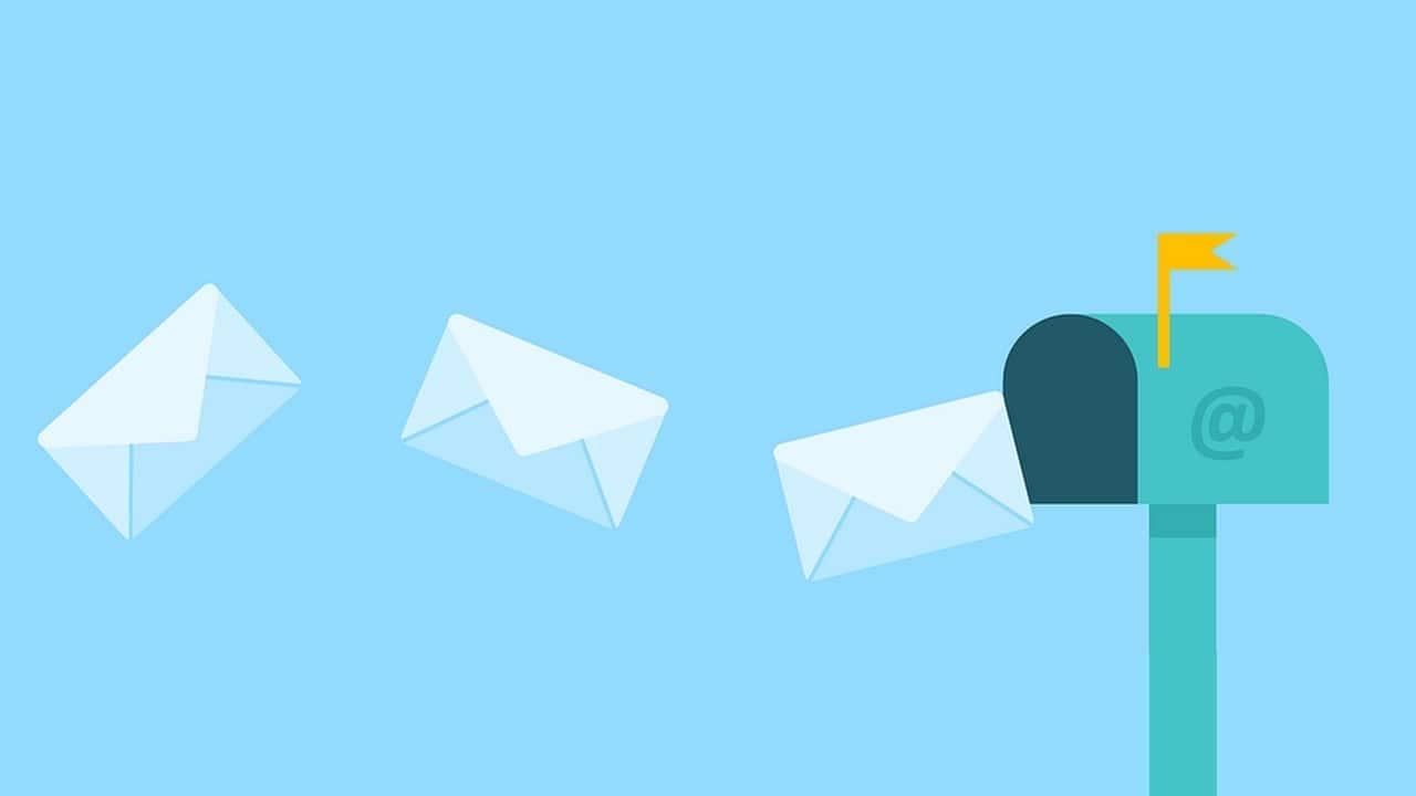 image principale article - CONSOMMATION : ET SI TOUS LES MAILS ÉTAIENT ENVOYÉS PAR COURRIER ? - boîte aux lettres et lettres volantes