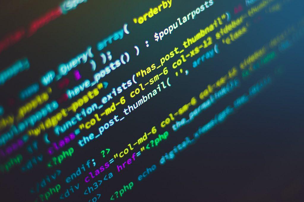 Un écran d'ordinateur avec du code qu'un plugin évite